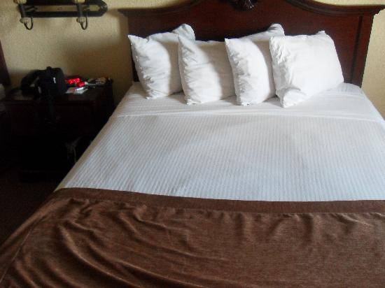 Best Western Mainland Inn & Suites: Beds are made like this daily