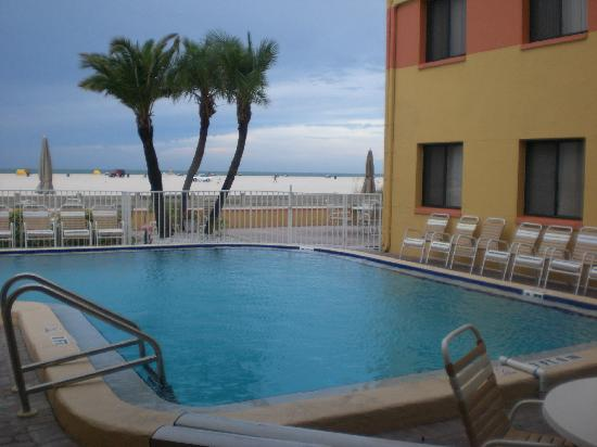 Page Terrace Beachfront Hotel: View from the pool to the Gulf
