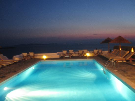 Hotel Tagoo: Pool at night