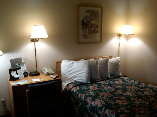 Days Inn Somerset: Do correspondence, then sleep, under desolate quietness.