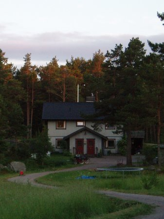 Langvik, Sweden: The B & B is the ground floor appartment in the left of the house