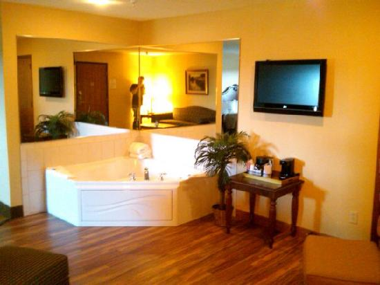 Best Western Plus Dubuque Hotel & Conference Center: Whirlpool Suite