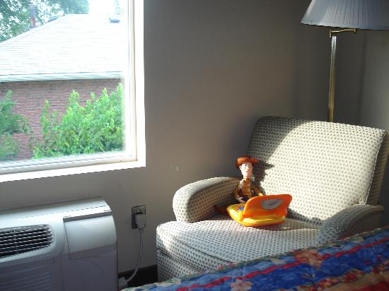 Howard Johnson by Wyndham London: Caught Woody chillin' on the chair by the window.