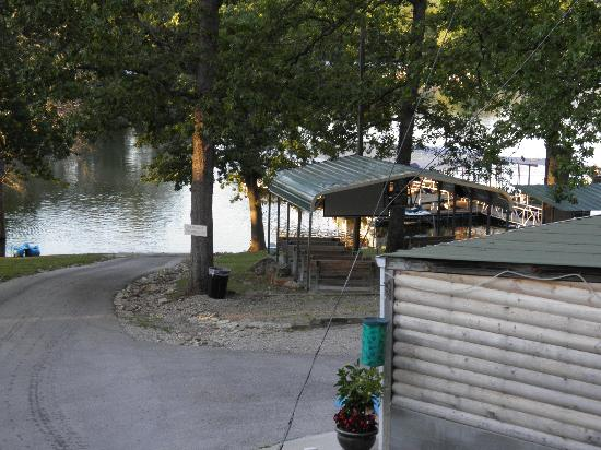 Kimberling Oaks Resort: Cabin to Lake - Easy Access!