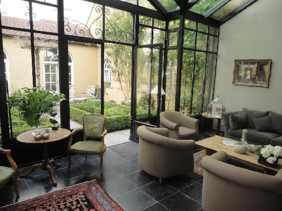 Hotel Ter Duinen: Lounge and garden area