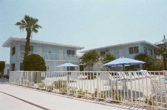 Gulf Beach Inn: view from the sidewalk