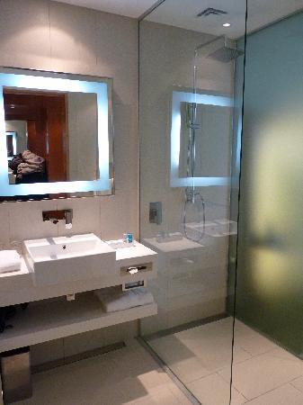 Novotel Auckland Airport: Bathroom and shower area