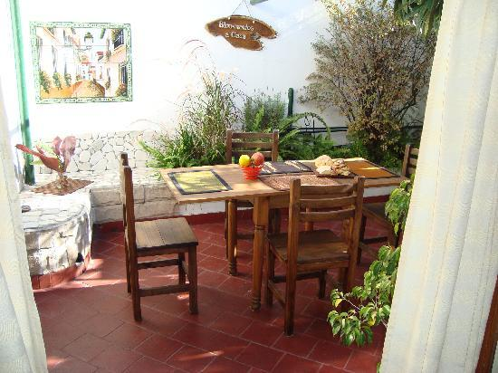 Giorgio's House Buenos Aires: The courtyard where your delicious breakfast is served each morning!!!