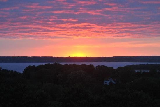 The Inn at Chateau Grand Traverse: Perfect sunset view