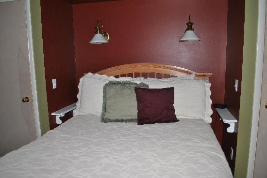 The Inn at Chateau Grand Traverse: Our bed- nice touches to details