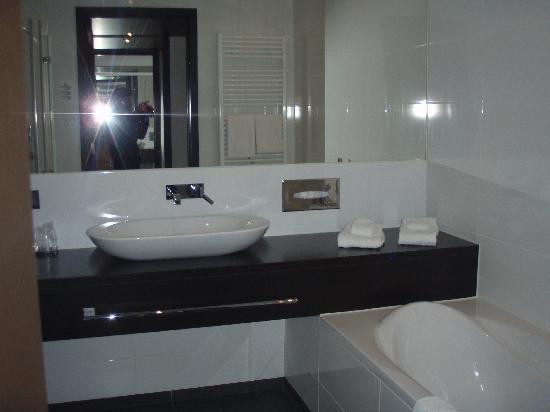 Van der Valk Hotel Brugge-Oostkamp: grande salle de bain