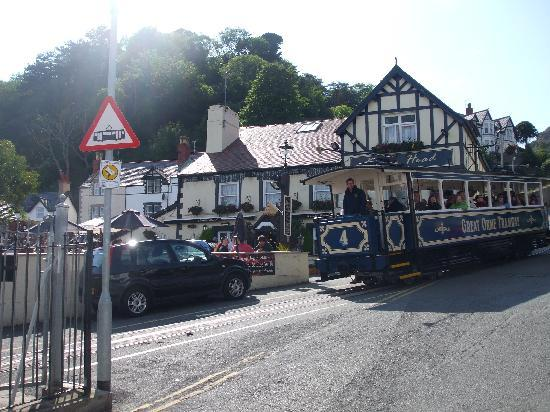 Seaclyffe Hotel : the Kings Arms next to Staion