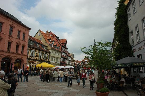 Quedlinburg, Tyskland: Malerischer Marktplatz lädt zum verweilen ein
