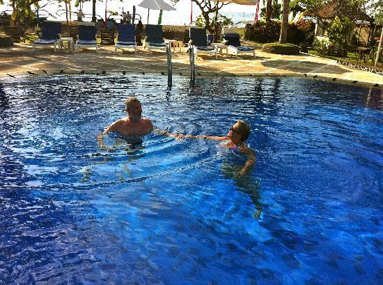 Aneka Lovina Villas & Spa: Nice pool with bar and sunbeds