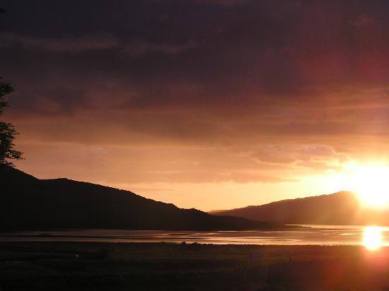 Inchnadamph Hotel: Sonnenuntergang am Loch Assynt