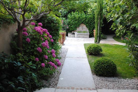 Hotel Sous les Figuiers: les fleurs vous accueillent