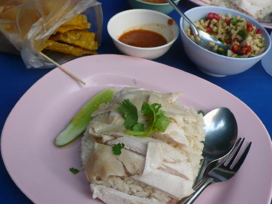 Le Siam Hotel: chicken rice stall opposite the hotel
