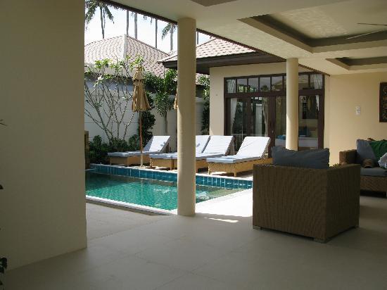 Samui Boat Lagoon: Wohnraum im Freien, mit Pool, Miniküche und Sitzgarnitur