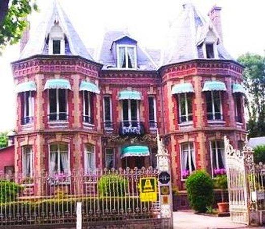 Hotel de Paris at the front