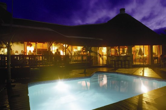 Sandals Guest House: Sandals at night
