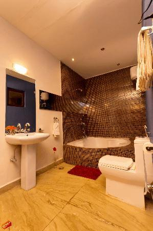 Pernem, Indien: Standard room with luxury jacuzzi bath