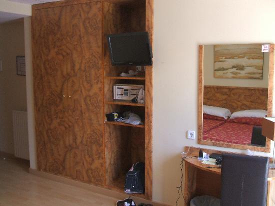 Presidente Hotel: Storage and TV