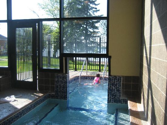 Hampton Inn & Suites Bemidji: Hotel Inside/Outside Pool