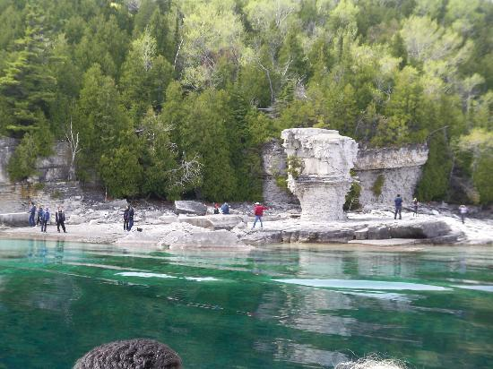Bruce Peninsula National Park : view of Flowerpot island from boat.