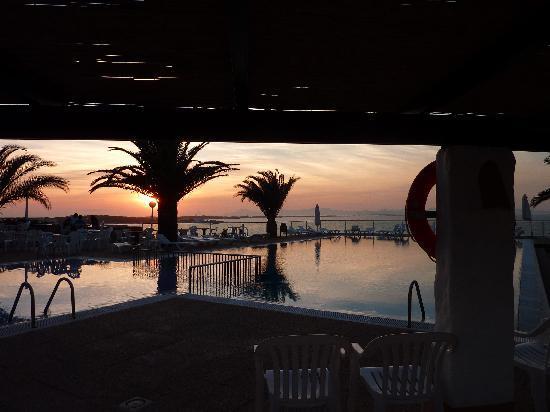 Hotel Club Punta Prima: bar e piscina di sera