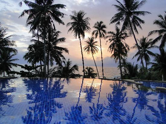 Koh Kood Beach Resort: pool at sunset