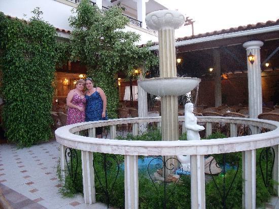 Sagittarius Restaurant-Pizzeria : Beautiful water feature