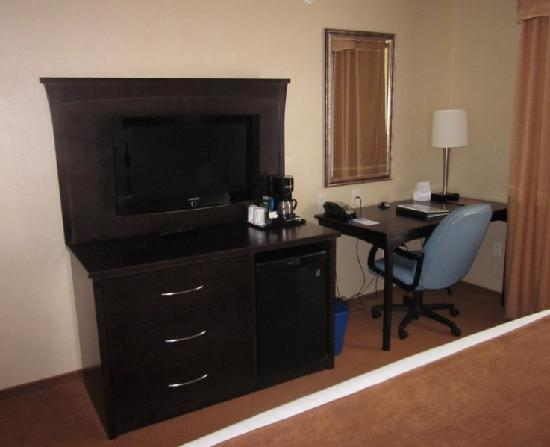 Fairfield Inn & Suites Kelowna: Desk Area