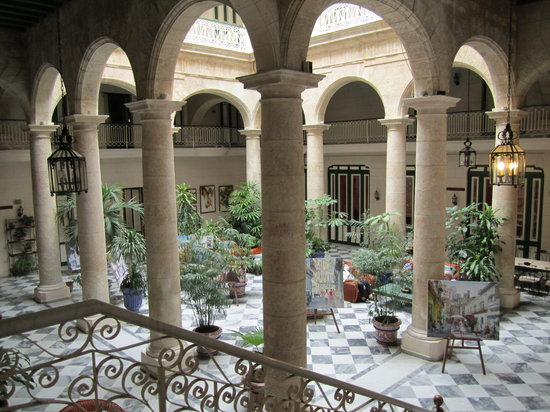 Hotel Florida: The covered courtyard in the center of the hotel