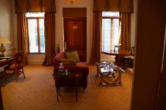Fairlawns Boutique Hotel & Spa: Our living room in Premier Suite 13