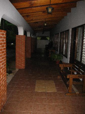 Hotel Wagelia Turrialba: Courtyard walkway