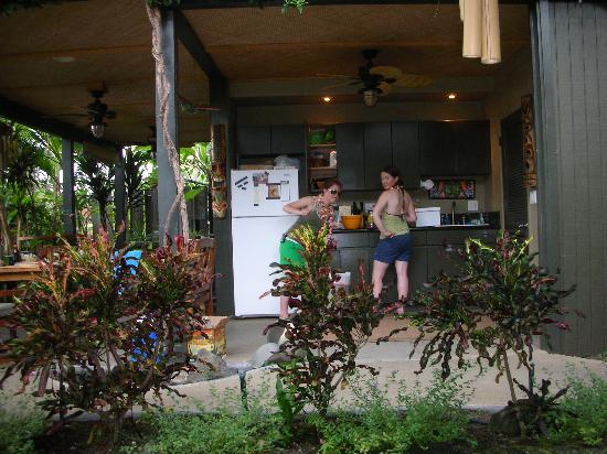 Kona Sugar Shack: Convenient outside kitchen