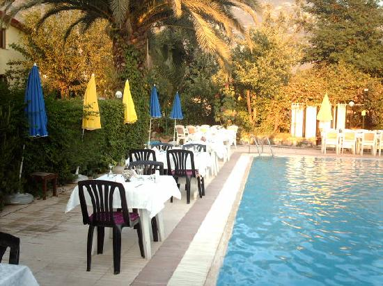 Yakamoz Hotel : Dinner by the pool