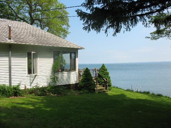 The Savannah House Inn : side of house on the Seneca Lake