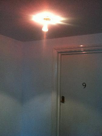 La Fontana: Lights falling out the ceiling