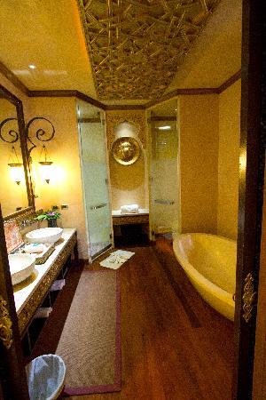 The Baray Villa : Main bathroom