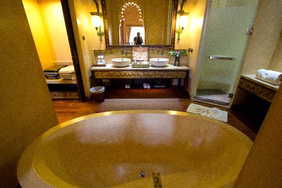 The Baray Villa: Main bathroom