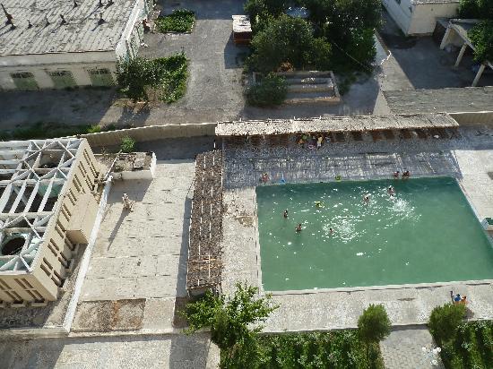 Bukhara Palace Hotel: Blick vom Balkon auf Pool, rechts lärmende Klimaanlage