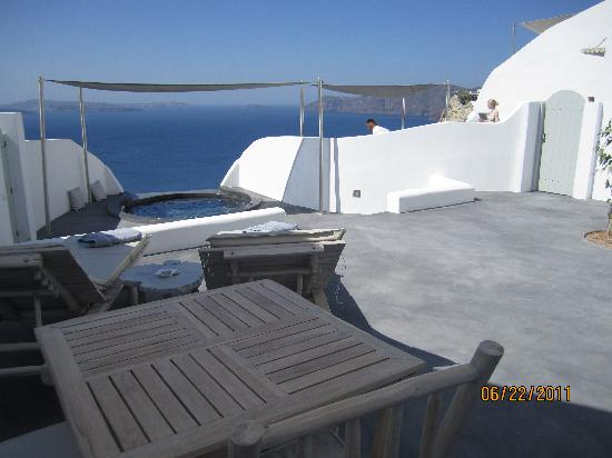 Andronis Luxury Suites: Patio view and private jacuzzi