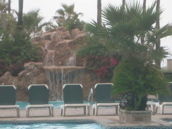 Isla Grand Beach Resort : the pool waterfall