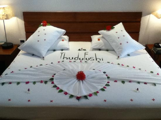 Diamonds Thudufushi : Bed dressed for our last night. Sob.