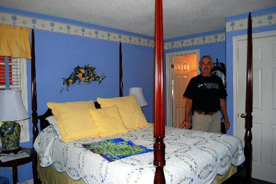 WeatherPine Inn: Periwinkle Room