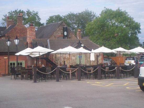 Premier Inn Derby North West Hotel: car park / mundy arms al fresco