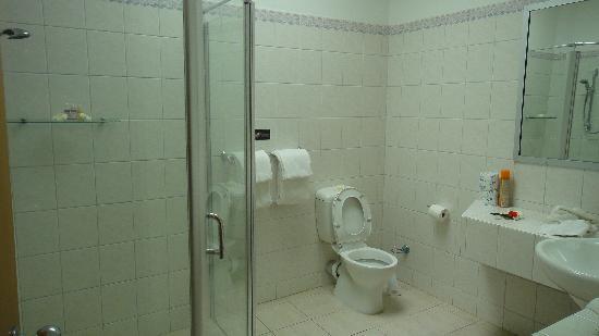 Lomani Island Resort: bath