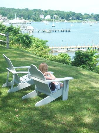 Dering Harbor Inn: kids in Adirondack chairs