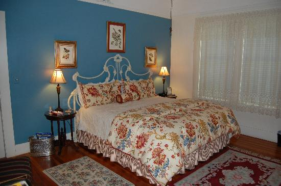 Magnolia House Bed and Breakfast: A very comfortable king size bed in the Lilli Marleen room